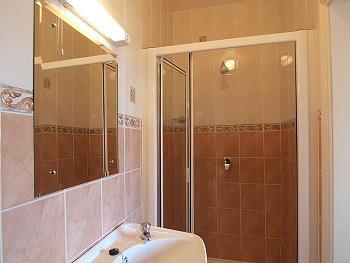 Ensuite bathroom met douche/WC