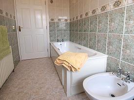 Aparte badkamer met ligbad